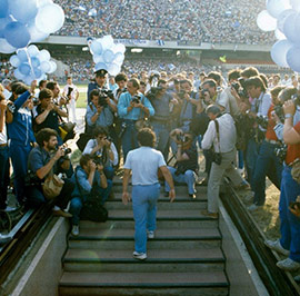 Presentation-at-San-Paolo-Stadium--with-70.000-spectators--(1984)---Presentacion-en-el-Estadio-San-Paolo-ante-70.000-personas-(1984)-t