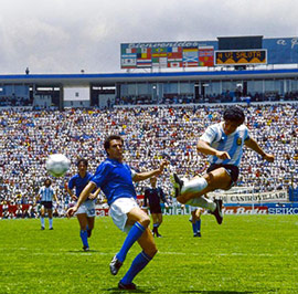 Scoring-his-goal-against-Italy,-WC-1986---Anotando-su-gol-ante-Italia-en-la-Copa-del-Mundo-de-1986-t