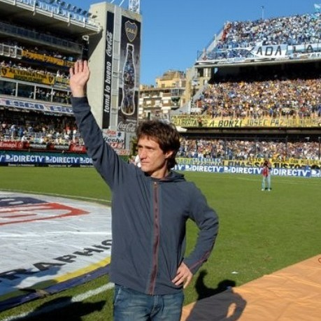 Argentina's Boca Junior's star striker Guillermo Barros Schelotto waves to supporters at La Bombonera stadium, in Buenos Aires, Sunday, April 29, 2007. Barros Schelotto bid farewell to Boca Juniors, the club he helped to win 15 major titles in one of its most successful decades, before his departure for U.S. Major League Soccer's Columbus Crew. (AP Photo/Daniel Luna)
